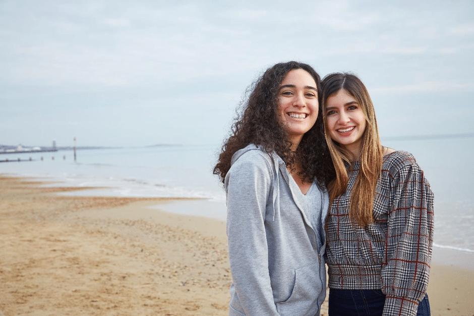 étudiant en train de sourire à Bournemouth